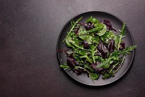 cibo sano, mix di insalata con rucola, spinaci, sangue di toro foto
