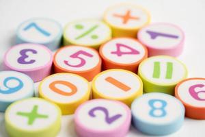 numero di matematica colorato su sfondo bianco foto