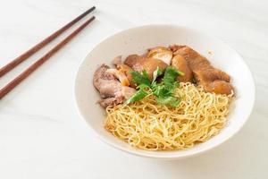 ciotola di noodles di coscia di maiale in umido essiccata - stile cibo asiatico foto