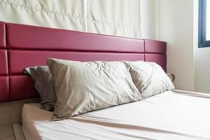decorazione del cuscino sul letto in camera da letto foto