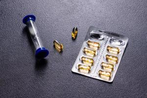 capsule di omega 3 su sfondo nero scuro foto