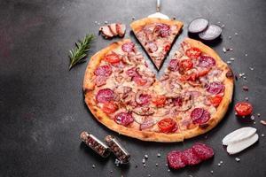 pizza ai peperoni con mozzarella, salame, prosciutto foto