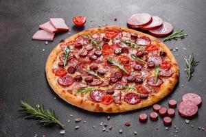 pizza ai peperoni con mozzarella, salame e prosciutto foto
