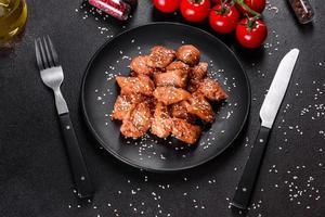 filetto di pollo al sesamo, salsa teriyaki su piastra in pietra nera foto