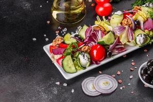 insalata salutare con pomodorini, olive biologiche foto