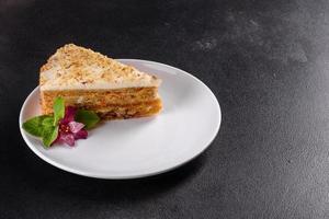 torta di carote fresca e deliziosa con crema su sfondo scuro foto