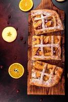 deliziosa torta fresca al forno con mele, pere e frutti di bosco foto