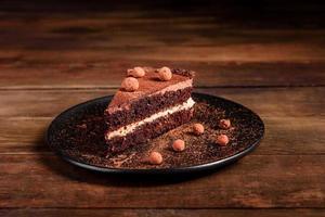 un pezzo di deliziosa torta al cioccolato con frutti di bosco foto