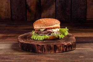 gustoso hamburger fatto in casa alla griglia con manzo, pomodoro, formaggio foto