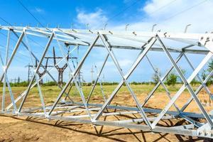 colonna elettrica ad alta tensione da sotto foto