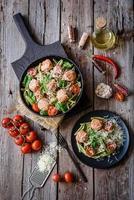 buonissima pasta fresca con polpette, sugo, pomodorini e basilico foto