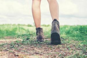 piedi di donna giovane avventura camminando sulla ghiaia in campagna. foto