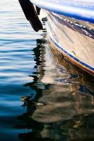 riflesso della barca sull'acqua del mare foto