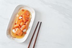 salmone fresco crudo marinato shoyu o salsa di soia marinata al salmone - stile asiatico foto