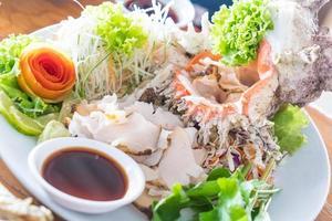 sashimi di conchiglia fresca sul piatto foto