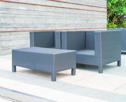 patio esterno con sedia e tavolo foto