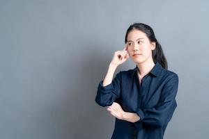 bella e giovane donna asiatica che pensa? foto
