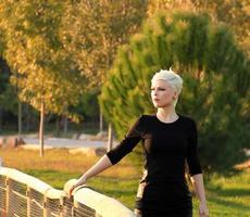 donna bionda nel parco nella natura verde foto