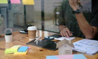 primo piano, uomo, usando, calcolatrice, e, laptop, per, fare, matematica, finance foto