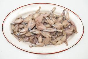 cosce di rana fresche e crude pronte per essere cucinate foto