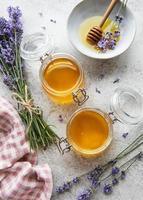 vasetti con miele e fiori di lavanda fresca foto