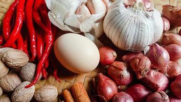 foto di spezie sotto forma di scalogno, aglio