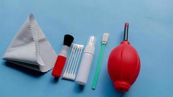 foto di prodotti per la pulizia della fotocamera come il soffiatore