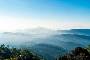 bellissimo strato di montagna con nuvole e alba a chiang mai in thailandia foto