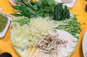 set di verdure su piatto per sukiyaki - stile cibo asiatico foto