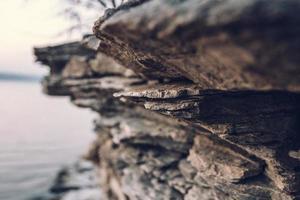 superficie di un muro di pietra. sfondo di pietra nera. struttura della roccia foto