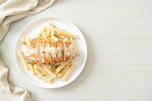 penne quadrotto fatto in casa sugo cremoso bianco con pollo alla griglia foto