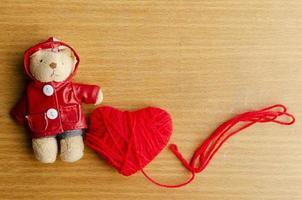 orsacchiotto con cuore rosso su sfondi di legno per san valentino foto