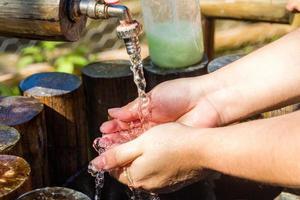 donna che si lava le mani all'aperto a rio de janeiro. foto