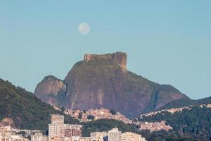 tramonto della luna vicino alla pietra di Givea a rio de janeiro in brasile. foto
