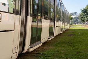treno di trasporto passeggeri noto come vlt a rio de janeiro. foto