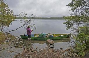 controllando il percorso su un lago nebbioso foto