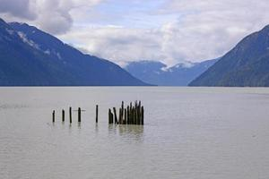 vecchi posti di banchina in una baia dell'oceano foto