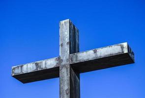 monumento. croce di metallo della memoria. foto