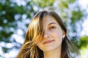 bella ragazza, capelli castani. sorrisi. foresta, estate. foto