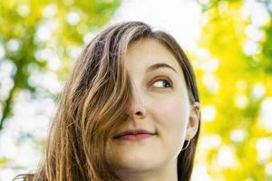 bella ragazza, capelli castani. bellezza naturale. natura. foto