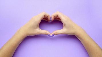 ragazza che si tiene per mano con il cuore. manicure da donna alla moda alla moda. cura. foto