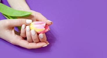 manicure femminile su uno sfondo luminoso. viola foto