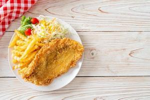 filetto di pesce fritto e chips di patate con mini insalata foto