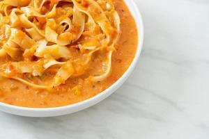 fettuccine con crema di pomodoro o salsa rosa foto
