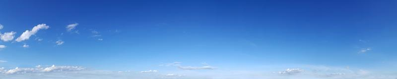 cielo panoramico con nuvole in una giornata di sole. foto