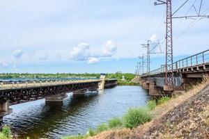 distruzione delle strutture del ponte sul fiume foto