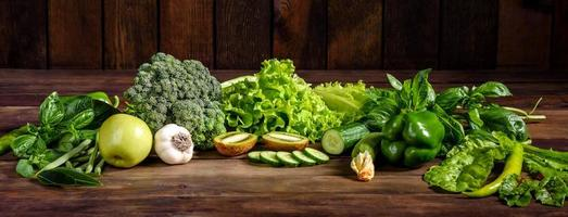 composizione di verdure verdi brillanti e succose, spezie ed erbe aromatiche foto
