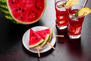 anguria fresca e deliziosa affettata con menta e succo di anguria foto