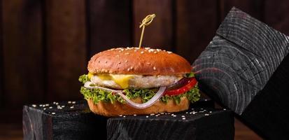 delizioso hamburger fresco fatto in casa su un tavolo di legno foto