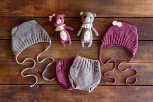 bellissimi peluche lavorati a maglia, cappelli e pantaloncini per bambini foto